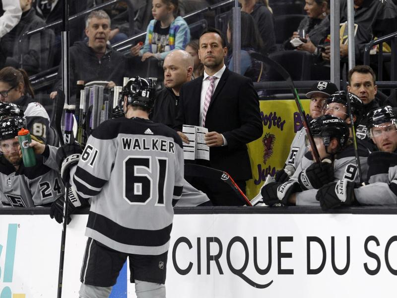 Ex-Bundestrainer Marco Sturm (M.) verlor erneut mit den Los Angeles Kings. Foto: Joe Buglewicz/AP                                 Joe Buglewicz